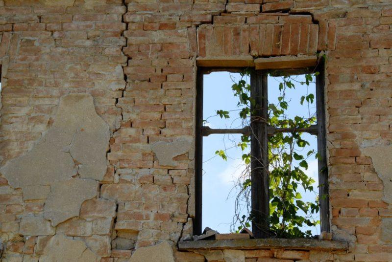 bello_franco_finestra_casa_rovina